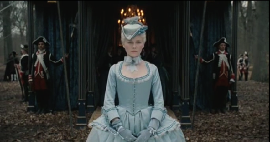Figure 4. À son arrivée en territoire français, Marie Antoinette porte une tenue et une coiffure très compliquées, lui donnant une allure presque sévère.