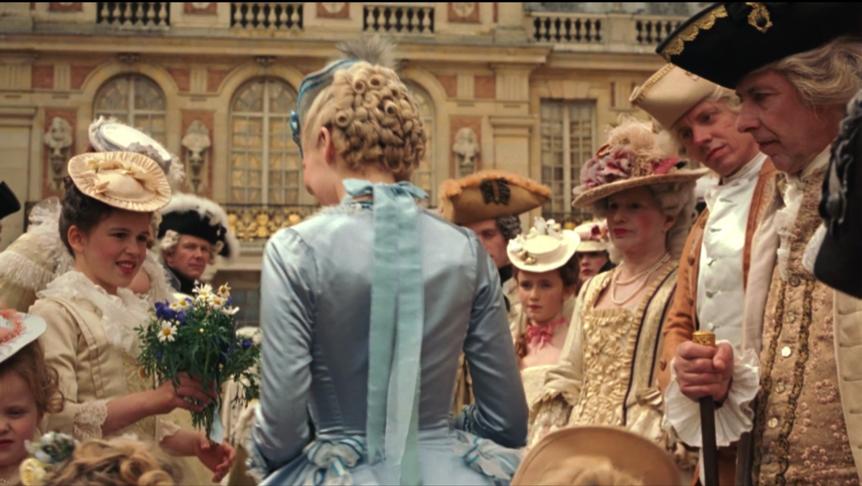 Figure 5. La robe bleue de la dauphine se démarque parmi la foule qui l'accueille froidement à Versailles, soulignant son isolement dans ce nouveau royaume.